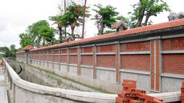 Khu tường bao quanh thửa đất rộng hơn 4.000m2 của ông Bùi Thanh Tùng