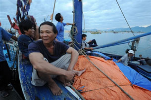 Liên tục bị lính và cảnh sát biển Trung Quốc bắt giữ, đánh đập và tịch thu tài sản, nhiều ngư dân Việt Nam không dám tiếp tục ra khơi đánh bắt hải sản.