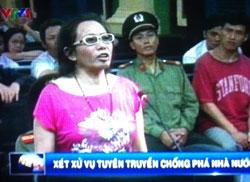 Blogger Tạ Phong Tần tại phiên xử ở Tòa án Nhân dân TPHCM hôm 24 tháng 9 năm 2012. Photo by Nguyễn Lân Thắng.