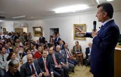 """Chủ tịch Ngân hàng quốc gia Thụy Sĩ Philipp Hildebrand trong cuộc họp """"Chính sách tiền tệ và những thách thức quốc tế"""" hôm 29/9/2011 tại Geneva. AFP"""