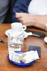 Tiền Euro trên bàn một quán cà phê ở Paris. Photononstop