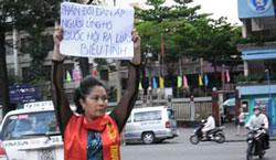 Hình ảnh cuối cùng ghi nhận chi Minh Hằng với biễu ngữ :