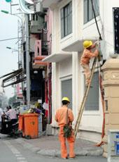 Nhân viên điện lực đang sửa chữa đường dây. RFA