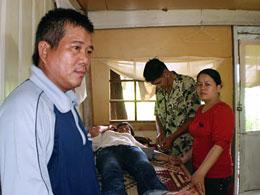 Anh Nguyễn Ngọc Quang (trái) cùng Thu Trâm (áo đỏ) Đứng bên giường bệnh khi Mục sư  Nguyễn Hồng Quang thăm bệnh Bích Khương (đang nằm)