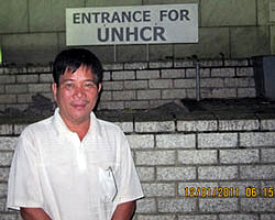 Cựu tù nhân chính trị Nguyễn Ngọc Quang đứng trước Cao Uỷ Tỵ Nạn LHQ  ở Thái Lan. RFA file