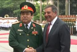 Hai bộ trưởng quốc phòng Hoa Kỳ và Việt Nam, tháng 6, 2012- Screen capture