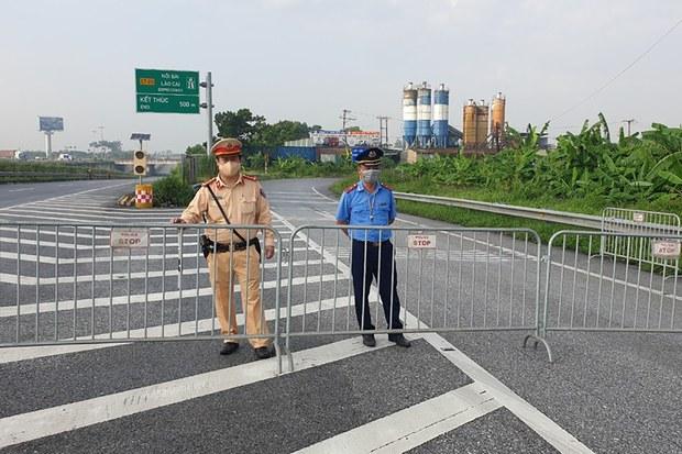 Hình minh hoạ: Công an đứng canh tại một nơi chắn đường ở Hà Nội hôm 24/7/2021