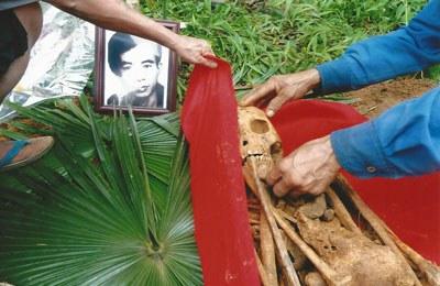 Bốc mộ Ông Hạnh ở Làng Đá. VAF PHOTO.