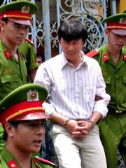 Nhà báo Hoàng Khương,báo Tuổi Trẻ rời toà sau khi nhận bản án 4 năm tù giam. Courtesy ld.com