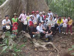 Ông Nguyễn Huỳnh Thuật hướng dẫn các bạn trẻ tham quan Vườn quốc gia Cát Tiên hôm 16-01-2011. Hình do ông cung cấp.