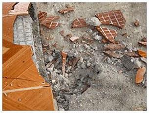 Quả mìn tự chế đã làm hỏng trần nhà, cửa sổ và nền nhà nguyện. Source giaophanvinh.net