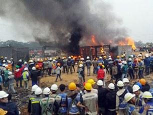 Công nhân châm lửa đốt cháy 3 thùng container -