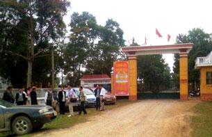 Phái đoàn vừa đến Cổng Khu 3, Trại 5, Yên Định, Thanh Hóa (ảnh do CTV trang BaSàm gởi)