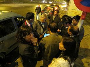 Đoàn chuyển bị lên đường từ mờ sáng. Source blog anh Ba Sàm
