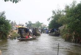 Trên bến sông nhựng ngày nước lũ. RFA