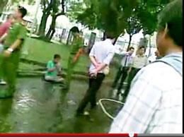 Cảnh sát Việt Nam sách nhiễu Pháp Luân Công tịa công viên Lê Văn Tám/TPHCM vào ngày 9 tháng 10, 2011.