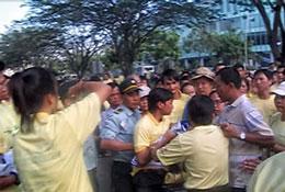 Học viên PLC bị bắt khi tham gia cuộc đi bộ từ thiện ngày 7/1/12 do cty Phú Mỹ Hưng tổ chức. RFA file