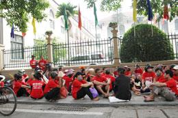 Trước đây ngày 19 tháng 6, 2012 hàng trăm nông dân của La Dương, Dương Nội cũng đã tập trung trước vườn hoa Mai Xuân Thưởng phản đối. Source TTXVA.org