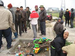 Người dân Dương Nội ra giữ đất mang theo cây buộc giẻ tẩm xăng. Source infonet