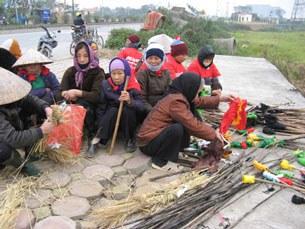 Nông dân Sương Nội chuân bị ra giữ đất mang theo cây buộc giẻ tẩm xăng, dầu.