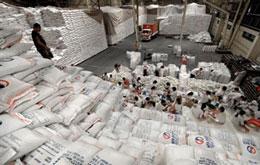 Công nhân đang vô bao gạo nhập khẩu từ Việt Nam ở Manila, Philippines. AFP
