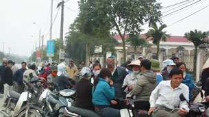 Hàng trăm người dân tập trung trước trụ sở tiếp dân của Thanh tra Huyện Văn Giang từ lúc 9 giờ sáng hôm 15 tháng 3. 2012