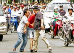 Anh H.Kim Ngọc bị bắt người giữa đường phố Sài Gòn tháng 7, 2011. (ảnh tinnongvietnam)