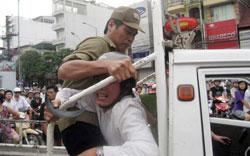 Hình ảnh anh Paulus Lê Văn Sơn bị bắt một cách thô bạo. (danlambao)