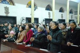 Giáo xứ Thái Hà cùng với gia đình có con em bị bắt giữ vừa qua đã cùng nhau cầu nguyện cho số phận những người bị bắt giữ.(ngày 6/1/2012)
