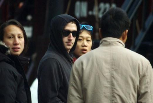 Người sáng lập Facebook. Mark Zuckerberg (mang kính đen) tại Việt Nam, 2011.