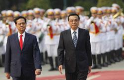 Thủ tướng Trung Quốc Lý Khắc Cường (phải) và Thủ tướng Việt Nam, Nguyễn Tấn Dũng tại Hà Nội ngày 13 tháng 10 năm 2013. AFP PHOTO.