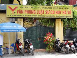 """Một lẵng hoa đã được đưa đến VP LS Cù Huy Hà Vũ với lời đề tặng: """"Chúc Tiến sĩ Cù Huy Hà Vũ bình an"""". Ảnh từ trang abs"""
