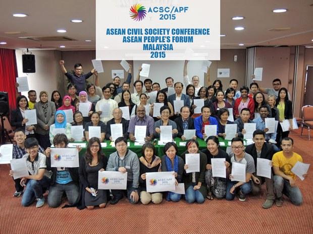 Các đại diện với bản Tuyên bố 2015 của cộng đồng tổ chức Xã hội dân sự ASEAN: Cộng đồng ASEAN phục vụ người dân.