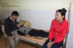 Em Phan Văn Chung bị thầy tát thủng màng nhĩ trái đang điều trị tại Bệnh viện Đa Khoa Hương Khê. Courtesy infonet.