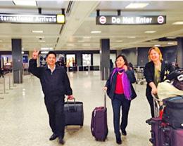 TS Cù Huy Hà Vũ và vợ LS Nguyễn Thị Dương Hà, cùng cô Jenifer L Neidhart de Ortiz, đặc trách nhân quyền của Toà Đại sứ Hoa Kỳ tại Việt Nam, đặt chân xuống phi trường Dulles International Airport, ngày 7 tháng 4, 2014.