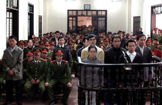 """Anh Đặng Xuân Diệu bị buộc tội """"âm mưu lật đổ chế độ"""" tại Toà án nhân dân thành phố Vinh, Nghệ An vào ngày 09/01/2013."""