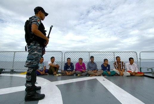 Ngư dân Việt Nam bị kiểm ngư Indonesia bắt giữ.