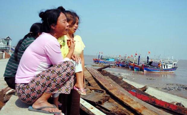 Bao giờ mới hết cảnh người phụ nữ Việt Nam phải đau khổ lo sợ mỗi khi chông ra khơi đánh cá