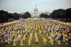 Hàng trăm học viên Pháp Luân Công biểu diễn tại National Mall - Washington, DC hôm 17/7/2009, đánh dấu 10 năm môn này bị cấm ở Trung Quốc. AFP