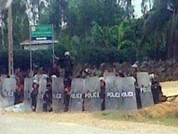 Công an, bộ đội tập trung trước UBND xã Nghi Phương hôm 4/9. Photo courtesy of DCCT.