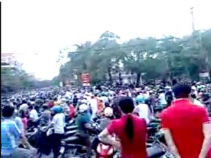 Đoàn người biểu tình dài cả cây số, đưa quan tài lên UBND đòi giải thích sự việc công an đánh chêt người