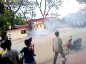 Hơi cay được công an bắn vào hàng ngàn người dân đến trước UBND tỉnh Bắc Giang hôm 25-7-2001