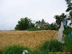 Đất bao vây những gia đình còn sót lại ở giáo xứ Cồn Dầu. Photo courtesy of Nữ Vương Công Lý.