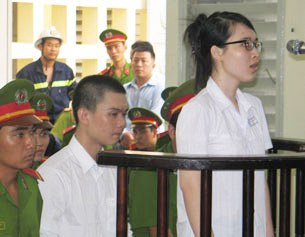 Hai sinh viên Nguyễn Phương Uyên và Đinh Nguyên Kha trong phiên sơ thẩm tại Tòa án Long An hôm 16/5/2013.