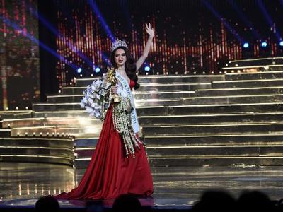 Hoa hậu Nguyễn Hương Giang vẫy tay chào khán giả sau khi giành danh hiệu Hoa hậu Quốc tế 2018, trong cuộc thi sắc đẹp chuyển giới tại Pattaya vào ngày 9 tháng 3 năm 2018.