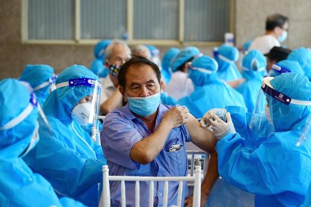 Buộc dân ký cam kết nếu không tiêm vắc-xin COVID-19: 'vô bổ và phi pháp'