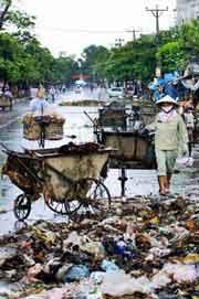 Rác luôn là vấn đề nan giải cho các khu phố. AFP