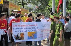 Thanh niên sinh viên Việt Nam thể hiện quyết tâm bảo vệ tổ quốc. Kami's blog.