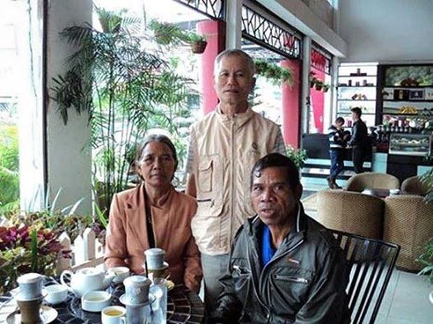 Hình vợ chồng ông Oi Lư và mục sư Thân Văn Trường tại Plei (tháng 3, 2015)