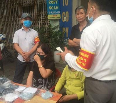 Cựu tù nhân chính trị, nhà văn Nguyễn Xuân Nghĩa và gia đình, trong những ngày qua tham gia phát khẩu trang miễn phí tại Hải Phòng bị chính quyền gây khó khăn đòi tịch thu số khẩu trang dù được mua từ doanh nghiệp có đăng ký.